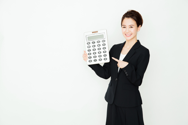 電卓と女性