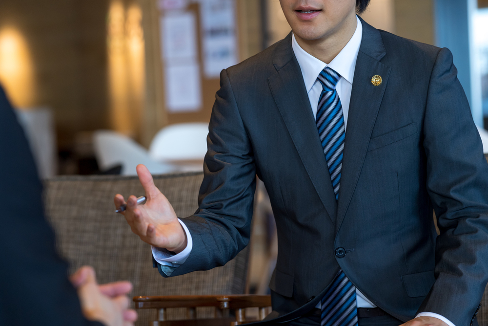 弁護士と握手