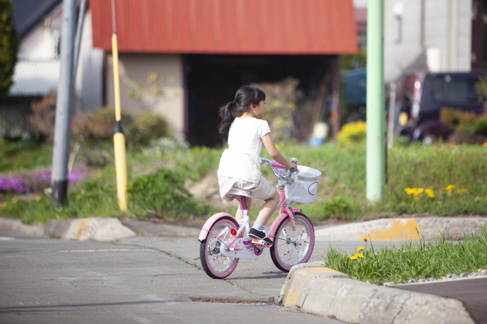 自転車に乗る女の子